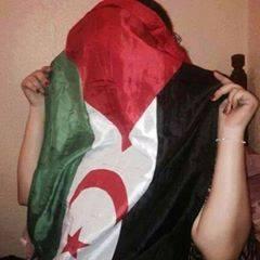 mujer saharaui con bandera en la cara