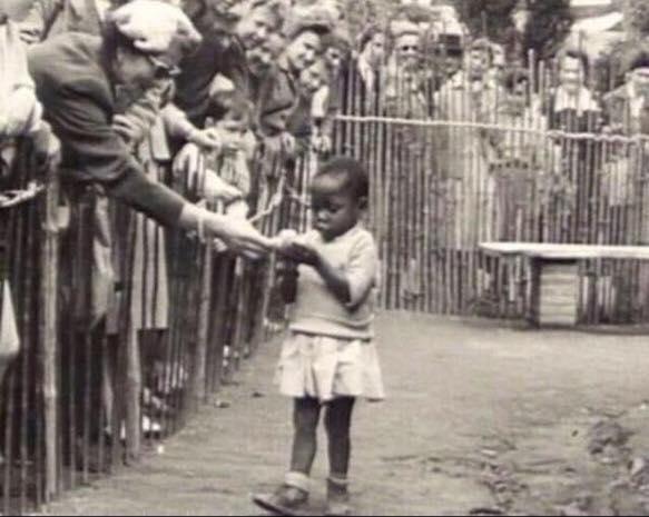 Pequeña africana expuesta en el zoológico. Estamos en Bélgica, Bruselas... En 1958 (el Sáhara Occidental era una colonia española