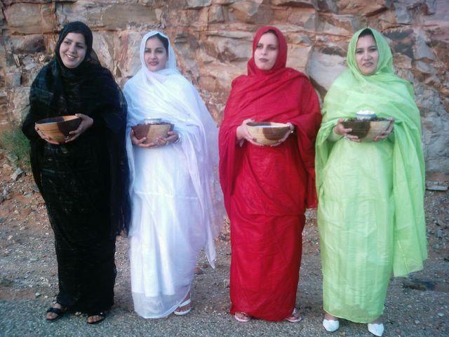'Jovenes saharauis recibieron a los presos politicos con datiles y leche de camella. Assa. 27.04.2006