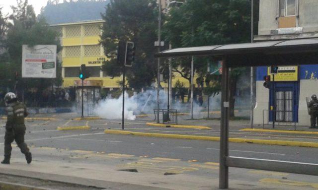 Desalojo y represión policial en Liceo valentin-letelier
