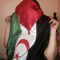 mujer-saharaui-con-bandera-en-la-cara